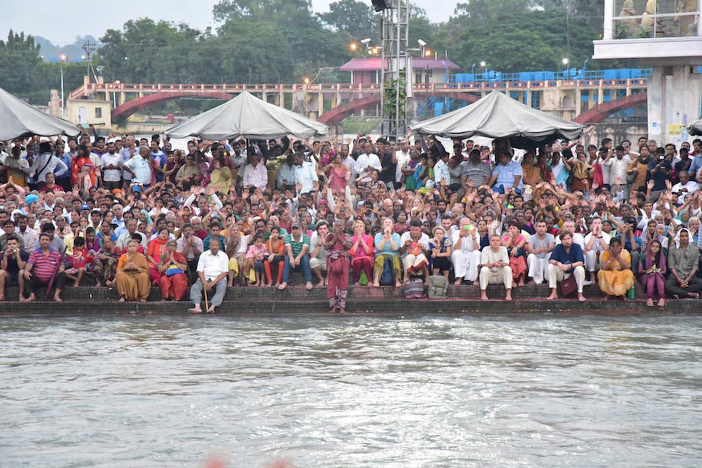The crowd at the Arathi at Haridwar